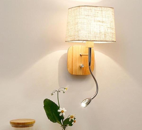 Mẫu đèn tường trang trí phòng ngủ với ánh sáng vàng nhẹ nhàng