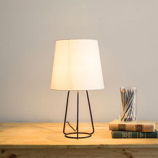 Chiếc đèn ngủ để bàn với kiểu dáng thiết kế vô cùng trang nhã