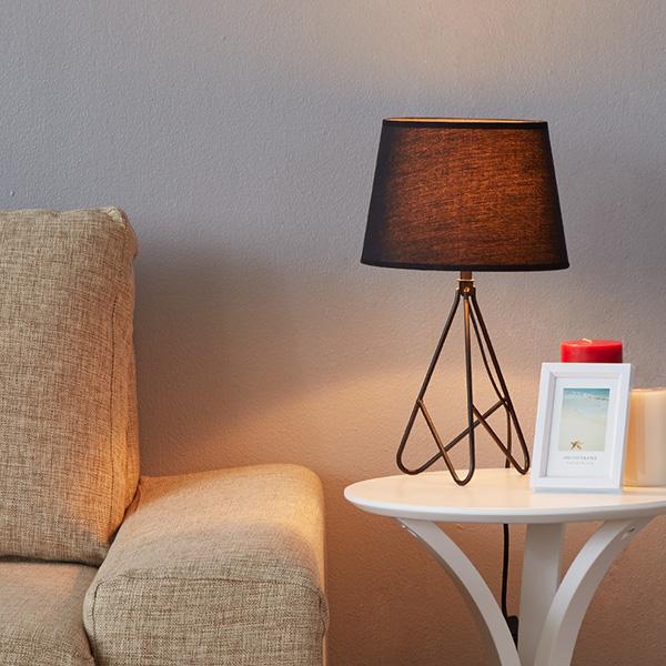 Chiếc đèn bàn KOPPA mang theo phong cách tối giản và hiện đại